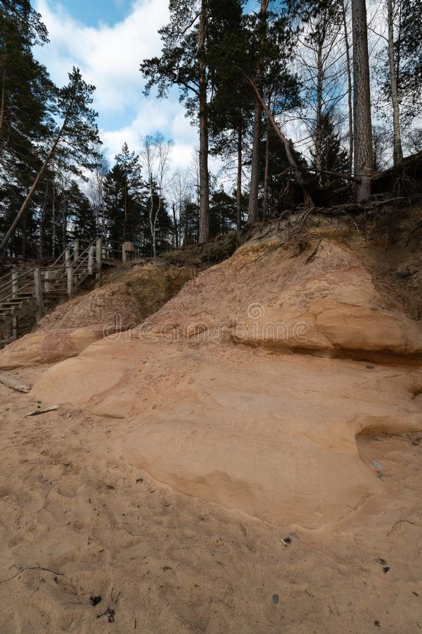 Kalksteinstrand in der Ostsee mit schönem Sandmuster und klarer roter und orange Farbe - touristische Schreiben auf lizenzfreies stockfoto
