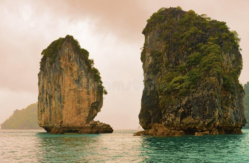 Kalksten vaggar på den långa fjärden Vietnam Asien för mummel royaltyfri foto