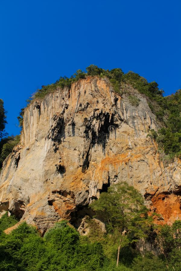Kalkstenberg i Krabi, Thailand royaltyfri fotografi