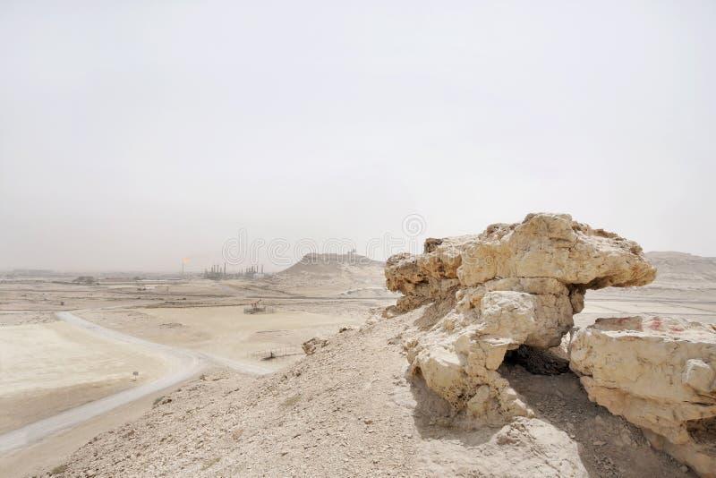 Kalkstenstenblockutlöpare i den Bahrain oljefältet royaltyfri foto