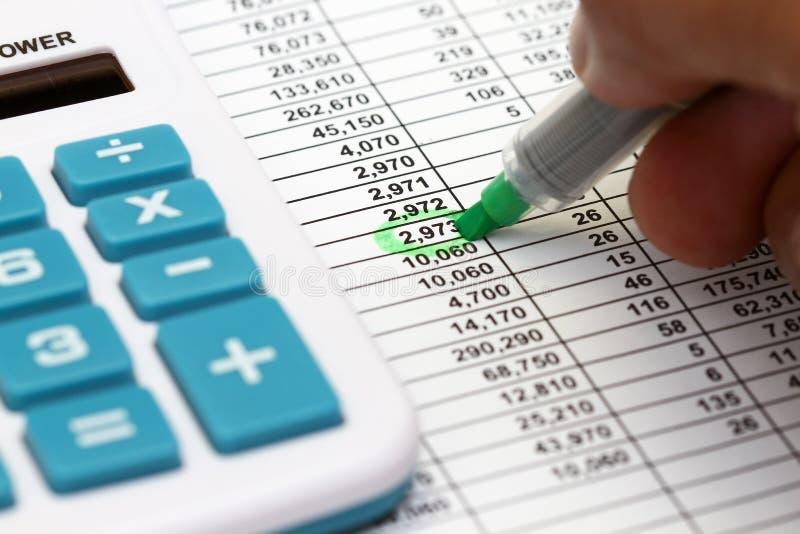 Kalkulationstabelle und Feder stockfoto