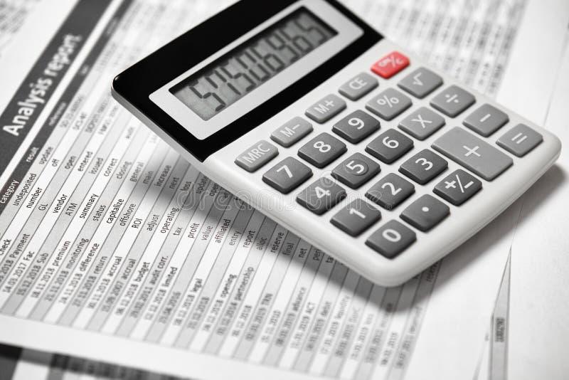 Kalkulator i raportu zbliżenie Biurowe dostawy dla pracować finanse i kalkulować biznesowy pieniężnej księgowości pojęcie obrazy stock