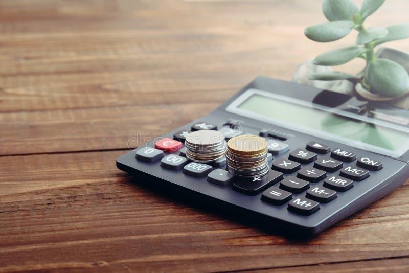Kalkulator, monety euro, pieniądze drzewo na drewnianym biurku Pojęcie narastający pieniądze, pieniądze oszczędzanie, pieniężna i obrazy stock