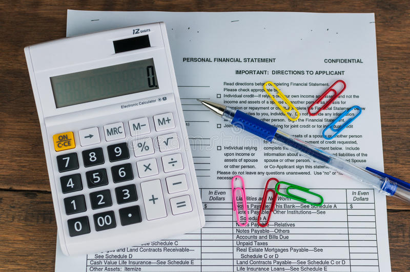 Kalkulator, pióro, dokument i klamerki, fotografia royalty free