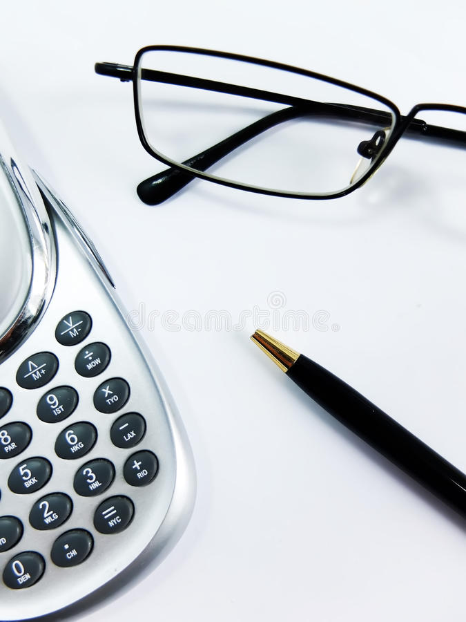 Kalkulator, pióro i szkła, Zamykamy Up obrazy stock
