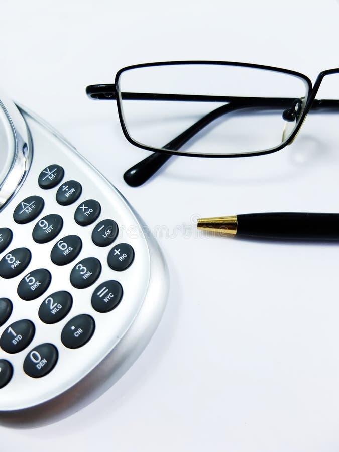 Kalkulator, pióro i szkła, Zamykamy Up zdjęcia stock