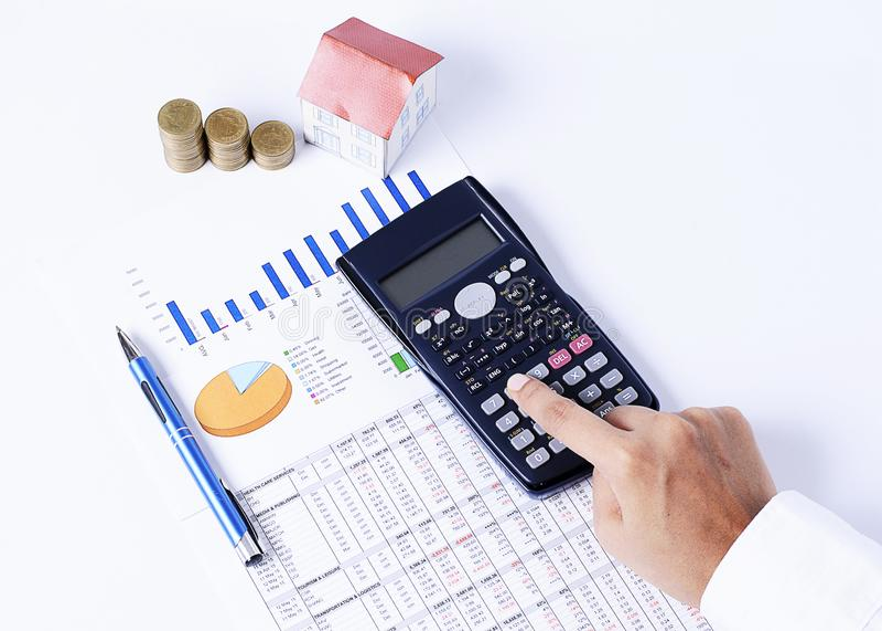 Kalkulator, pieniężna mapa z i dom piórem i monety tapetujemy fotografia stock
