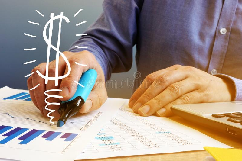kalkulator pojęcia zysku dolara znaków Biznesmeni sprawdza pieniężne mapy biznesowego pojęcia odosobniony sukcesu biel obrazy royalty free