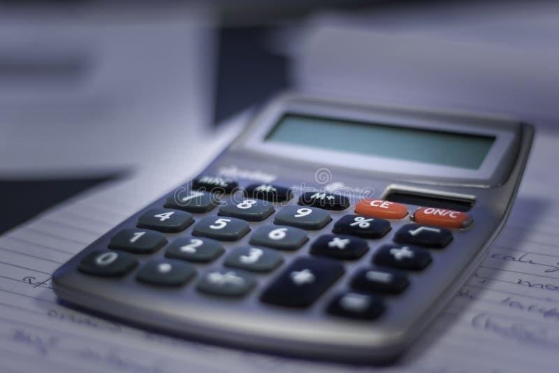 Kalkulator w writing ochraniaczu zdjęcia stock