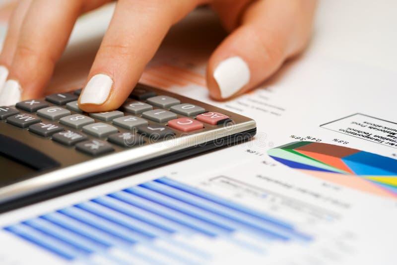 kalkulatorska żeńska ręka zdjęcie royalty free
