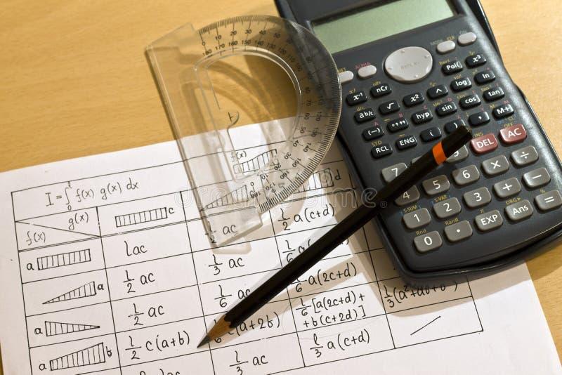 Kalkulatorzy, pióro, kątomierz i stoły, obrazy stock