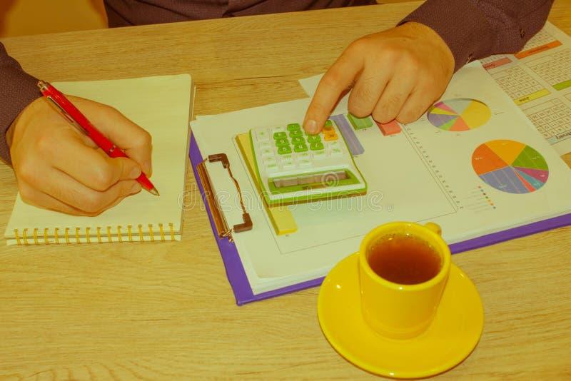 Kalkulatorzy, właściciele biznesu, księgowość, technologia, biznes, kalkulator i dokumenty w biurze, zdjęcie royalty free