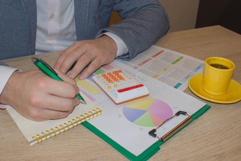 Kalkulatorzy, właściciele biznesu, księgowość, technologia, biznes, kalkulator i dokumenty w biurze, fotografia royalty free