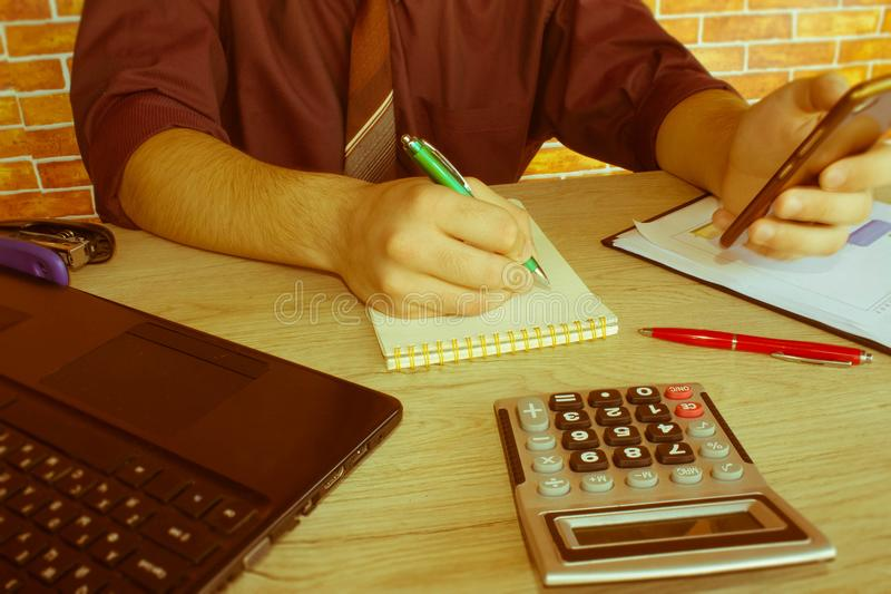 Kalkulatorzy, właściciele biznesu, księgowość, technologia, biznes, komputer, laptop, kalkulator i dokumenty w biurze, obrazy stock