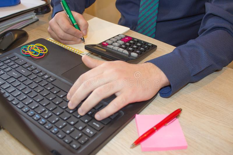 Kalkulatorzy, właściciele biznesu, księgowość, technologia, biznes, komputer, laptop, kalkulator i dokumenty w biurze, obraz stock