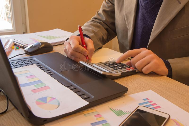 Kalkulatorzy, właściciele biznesu, księgowość, technologia, biznes, komputer, laptop, kalkulator i dokumenty w biurze, fotografia royalty free