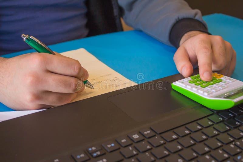Kalkulatorzy, w?a?ciciel biznesu, ksi?gowo??, technologia, biznes, komputer, laptop, kalkulator i dokumenty, fotografia stock