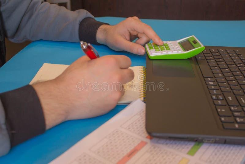 Kalkulatorzy, w?a?ciciel biznesu, ksi?gowo??, technologia, biznes, komputer, laptop, kalkulator i dokumenty, obraz stock