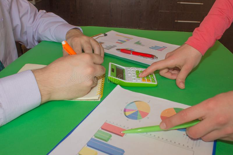 Kalkulatorzy, w?a?ciciel biznesu, ksi?gowo??, technologia, biznes, laptop, kalkulator i dokumenty w biurze, Biznes obrazy stock