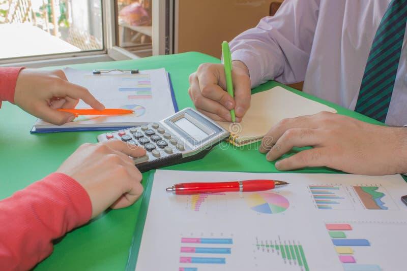 Kalkulatorzy, w?a?ciciel biznesu, ksi?gowo??, technologia, biznes, laptop, kalkulator i dokumenty w biurze, Biznes zdjęcie stock