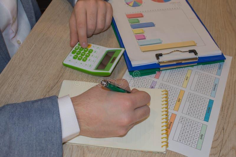 Kalkulatorzy, w?a?ciciele biznesu, ksi?gowo??, technologia, biznes, kalkulator i dokumenty w biurze, biznesowe samiec r?ki obrazy royalty free