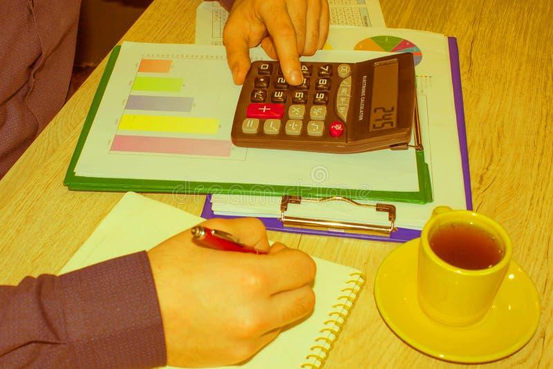 Kalkulatorzy, w?a?ciciele biznesu, ksi?gowo??, technologia, biznes, kalkulator i dokumenty w biurze, biznesowe samiec r?ki fotografia royalty free