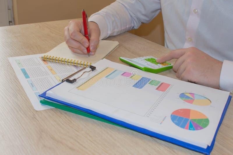 Kalkulatorzy, w?a?ciciele biznesu, ksi?gowo??, technologia, biznes, kalkulator i dokumenty w biurze, zdjęcie stock