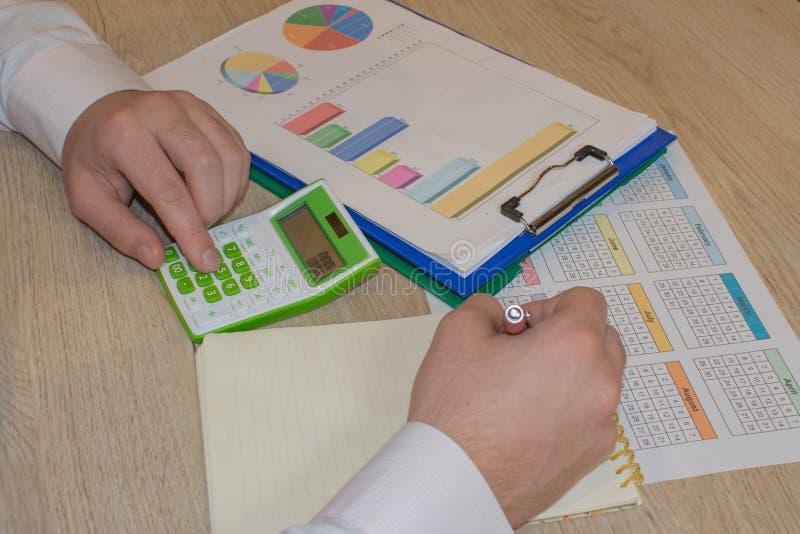 Kalkulatorzy, w?a?ciciele biznesu, ksi?gowo??, technologia, biznes, kalkulator i dokumenty w biurze, zdjęcia royalty free