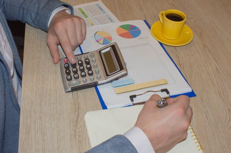 Kalkulatorzy, w?a?ciciele biznesu, ksi?gowo??, technologia, biznes, kalkulator i dokumenty w biurze, obrazy royalty free