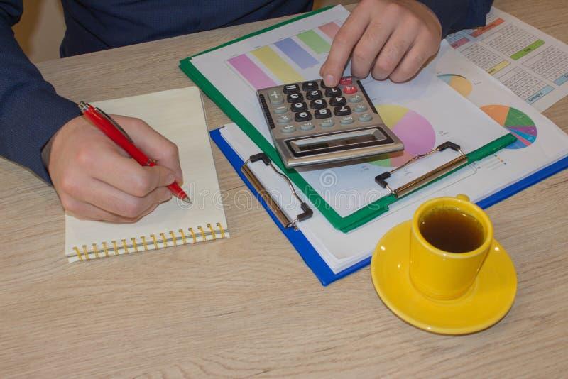 Kalkulatorzy, w?a?ciciele biznesu, ksi?gowo??, technologia, biznes, kalkulator i dokumenty w biurze, zdjęcia stock