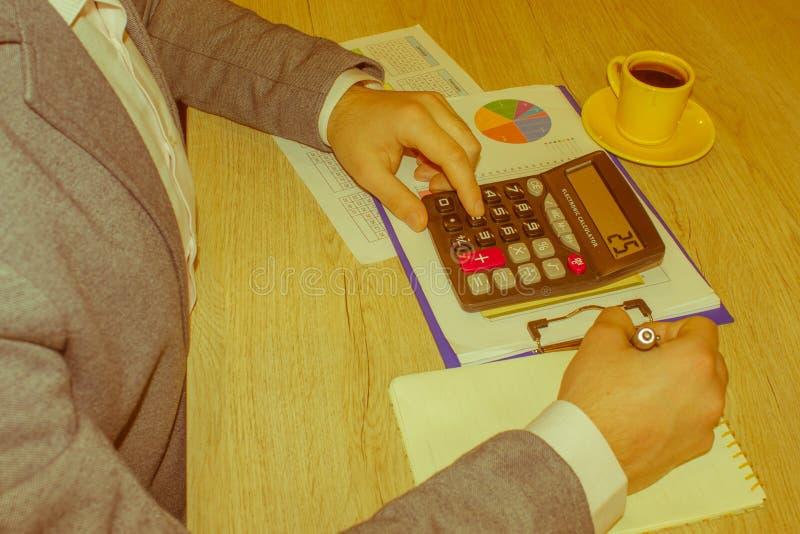 Kalkulatorzy, w?a?ciciele biznesu, ksi?gowo??, technologia, biznes, kalkulator i dokumenty w biurze, fotografia stock