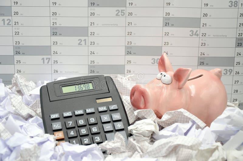 Kalkuluje z prosiątko bankiem zdjęcia stock