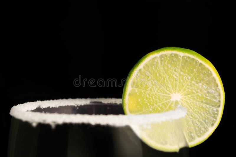 Kalkwiel en zout op de rand van een glas stock fotografie