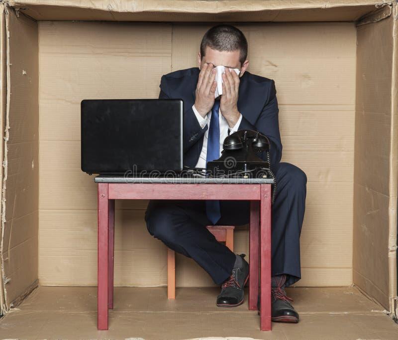 Kall affärsman som arbetar trots sjukdom royaltyfri bild