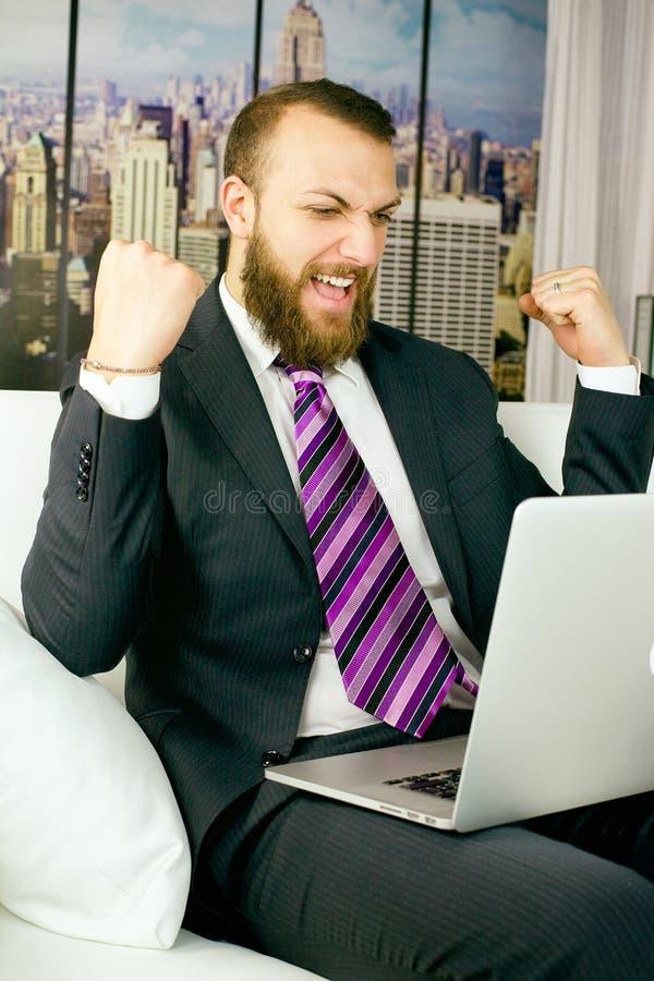 Kall affärsman som firar seger i aktiemarknad royaltyfri bild