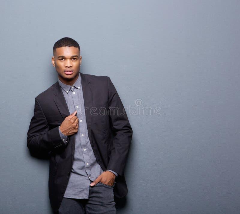 Kall afrikansk amerikanman med det svarta affärsomslaget royaltyfri bild