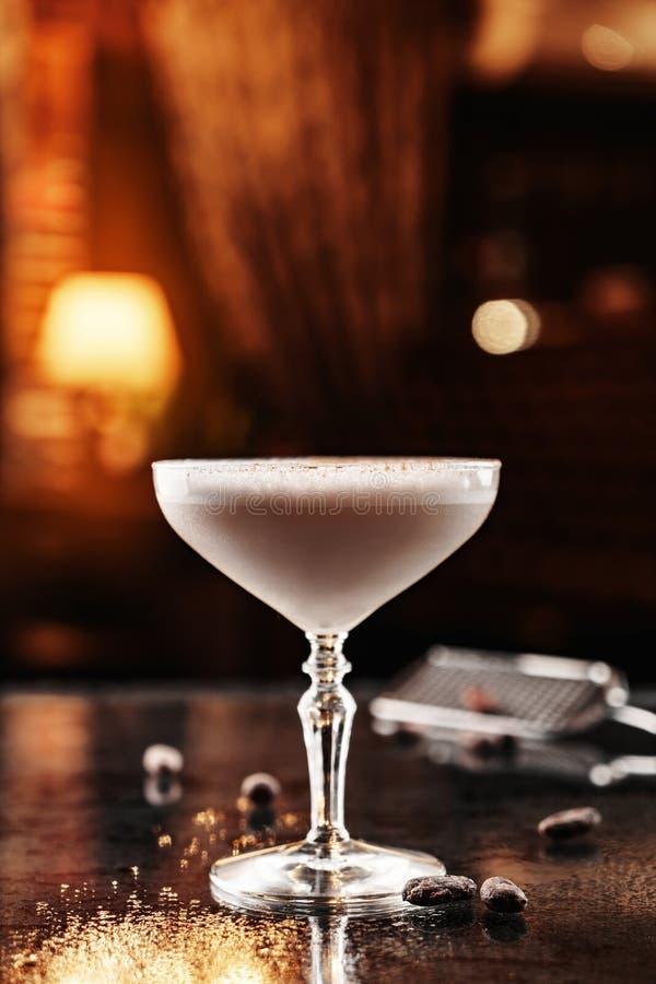 Kall alkoholiserad coctail med choklad i högväxt exponeringsglas på exponeringsglasbakgrunden Bakgrund av restaurangatmosf?ren So royaltyfri foto