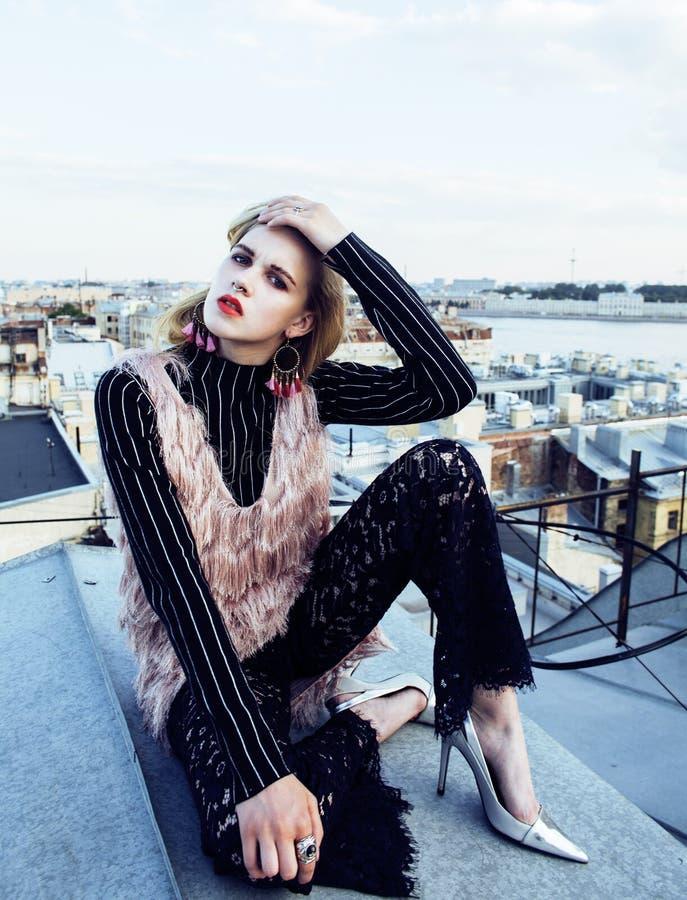 Kall blond verklig flickadanandeselfie på taköverkanten, livsstilfolkbegrepp, modernt tonårigt slut upp arkivfoto