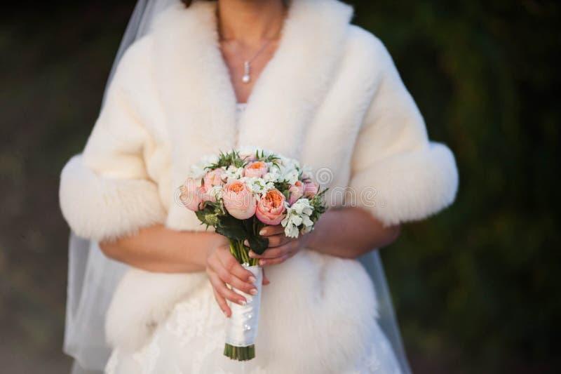Kall bröllopbukett i händer royaltyfria foton