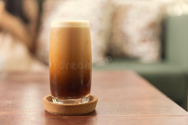 Kall brygd eller Nitro kaffedrink i exponeringsglaset arkivfoton