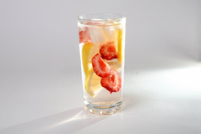 Kall coctail med citronen och jordgubbar arkivbild