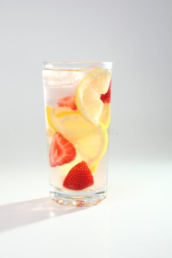 Kall coctail med citronen och jordgubbar royaltyfri foto
