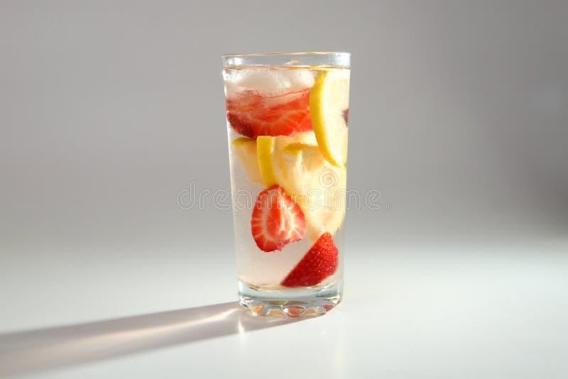 Kall coctail med citronen och jordgubbar fotografering för bildbyråer