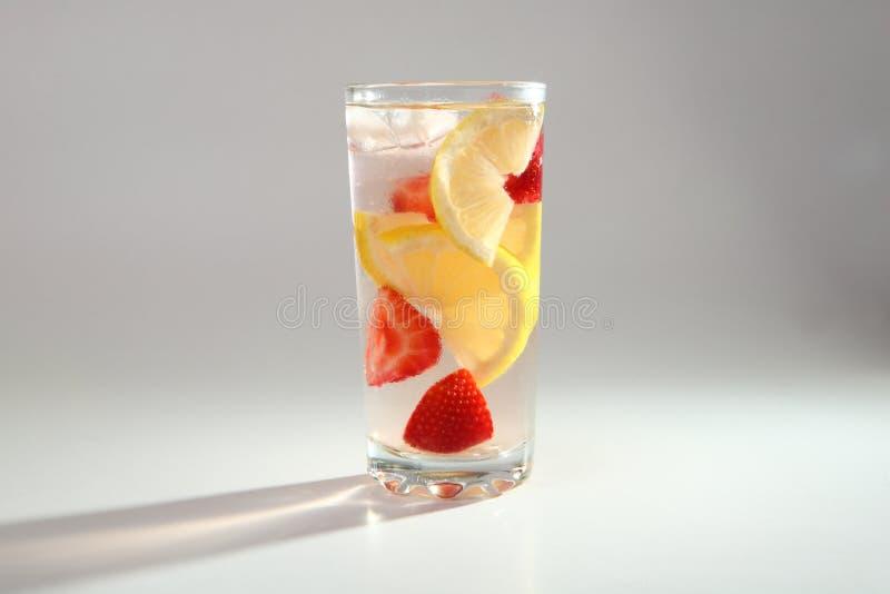 Kall coctail med citronen och jordgubbar royaltyfri fotografi