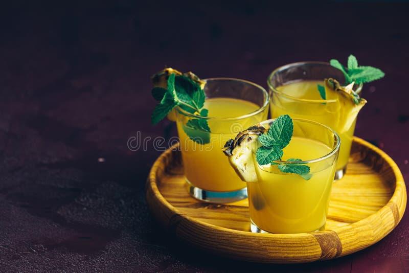 Kall coctail med sammanpressad ananasfruktsaft royaltyfri fotografi