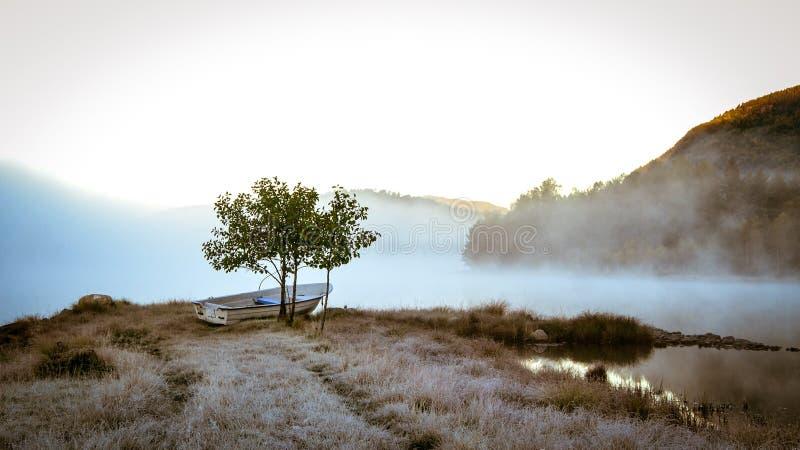 Kall dag på sjön royaltyfri bild