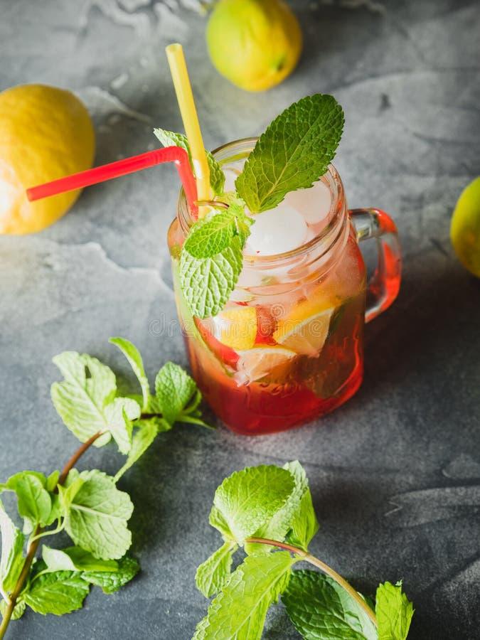 Kall drink för friskhet med limefrukt och mintkaramellen fotografering för bildbyråer