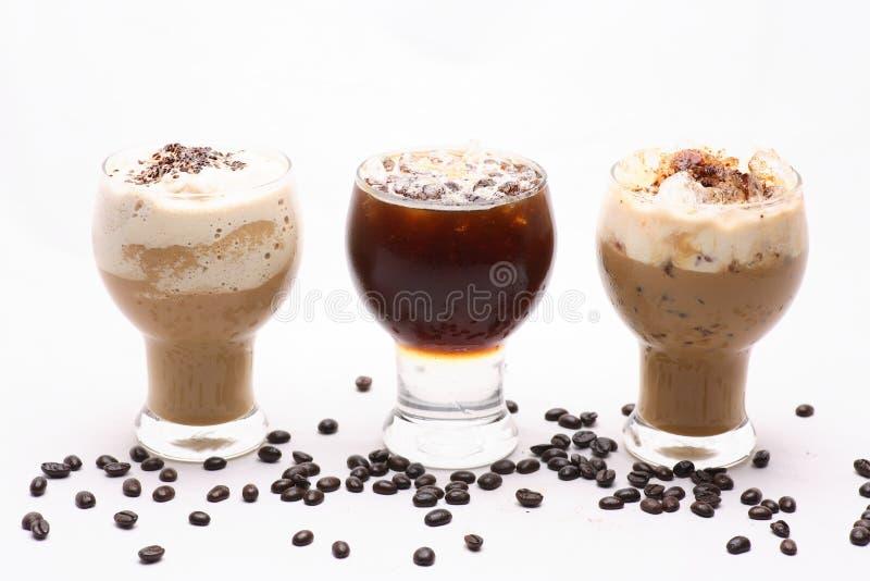 Kall drink i ett klart exponeringsglas royaltyfria bilder