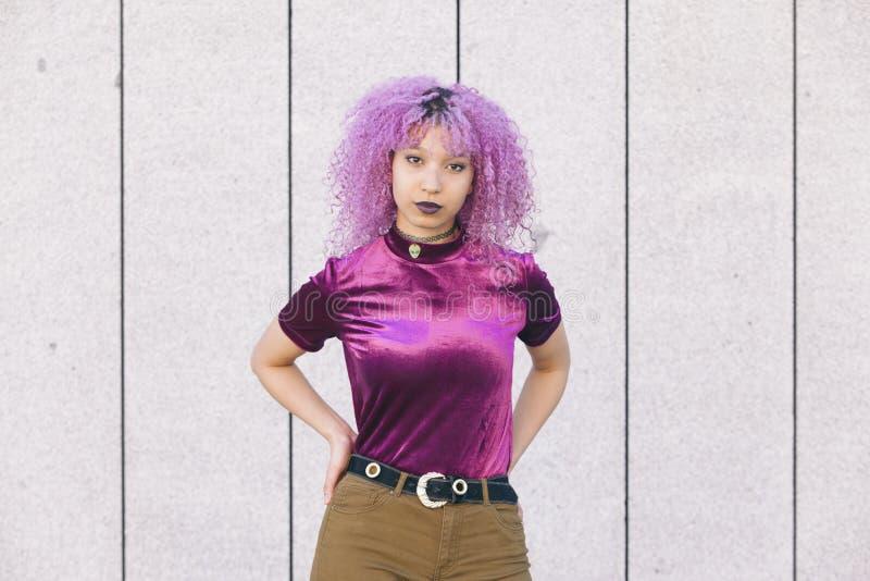 Kall etnisk svart kvinna med färgrik moderiktig kläder arkivbilder