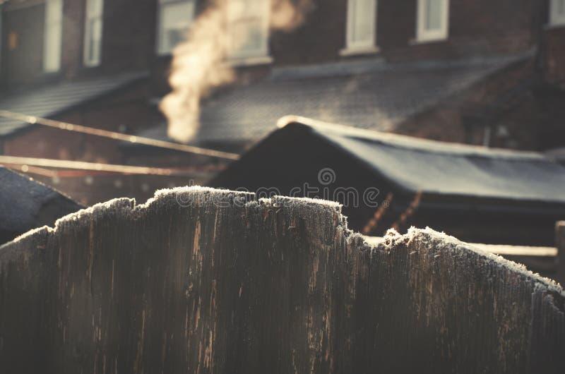 Kall frostig dag för vinter Frost på tak royaltyfri bild
